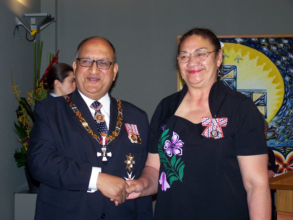 Vaoga Lelefua Mary Watts receiving award from GG